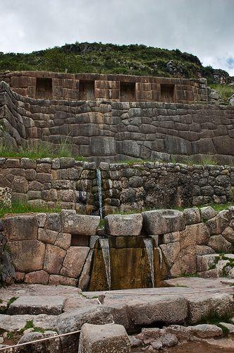 Tambomachay, esta ubicado a unos 8 kms. al norte del Cusco y muy cercano a las ruinas de Puka Pukara, es un sitio arqueológico que fue destinado al culto al agua y para que el jefe del Imperio Inca pudiese descansar. Este lugar también es denominado Baños del Inca. Consta de una serie de acueductos, canales y varias cascadas de agua que discurren por las rocas.
