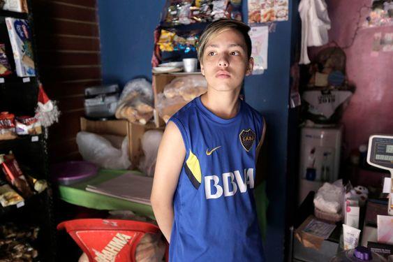 Mauro, en el local que su familia tiene en La Boca. Fuente: LA NACION - Crédito: Daniel Jayo
