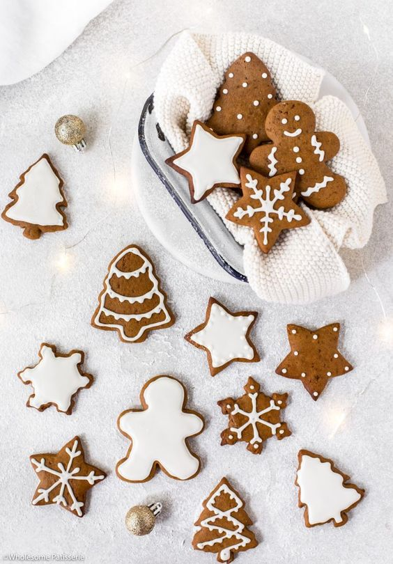 Gingerbread Cookies! Homemade classic gingerbread cookies decorated with white royal icing! Easy, festive and scrumptious! #gingerbreadcookies #gingerbread #christmas #christmascookies #christmasbaking
