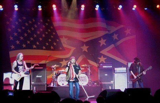 Lynyrd Skynyrd est un groupe important dans l'histoire du Rock, car c'est eux qui feront reconnaitre veritablement le mouvement du Rock sudiste américain. Sur la photo ici, on peut voir le groupe lors d'un spectacle avec le drapeau des États confédérés d'Amérique. Ils utiliseront régulièrement ce drapeau sur scène. Leur succès le plus connu est la chanson Sweet home Alabama, chanson présente dans beaucoup de films américains depuis. Elle deviendra symbolique pour la culture américaine.