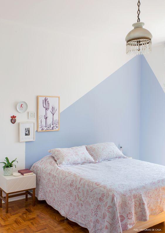 Quarto de casal com pintura divertida na parede em tom de azul ou lilás
