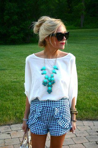 Ousadia com moderação : short estampado com blusa básica e maxi colar na medida certa