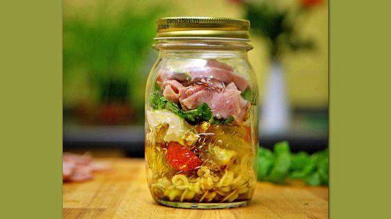 Das perfekte Italienischer Nudelsalat 'to go'-Rezept mit einfacher Schritt-für-Schritt-Anleitung: Nudeln kochen und 1 TL Olivenöl unterrühren, damit…