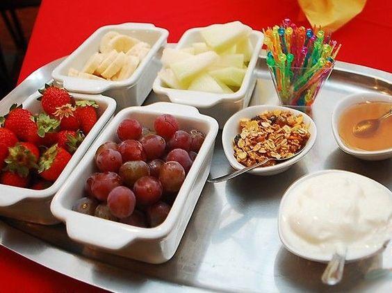 Ofereça frutas picadinhas para as crianças espetarem no palito