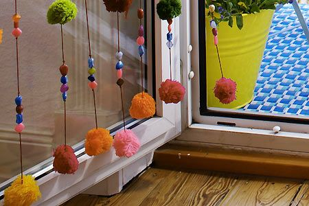 Bunter Vorhang mit Pompons