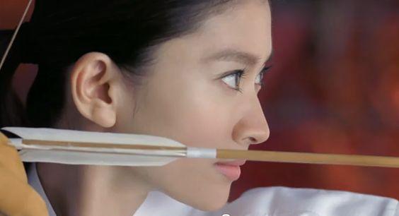 弓矢を弾く篠原涼子