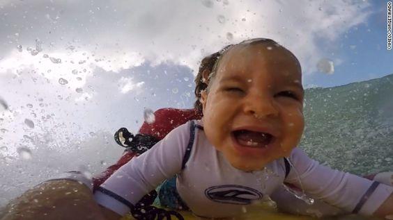 (CNN Español) -- Jorge Tirado, un padre surfista, llevó a su hijo de solo 9 meses asu primera experiencia sobre una tabla en el mar y grabó un video muy comentado en redes sociales.