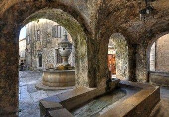 La place de la Grande Fontaine   Saint-Paul de Vence France Réaménagée au 17ème siècle puis au 19ème siècle, cette place constituait le coeur de l'animation du village, à toute heure de la journée. Les saint-paulois venaient s'y approvisionner en eau, les ânes et les mulets