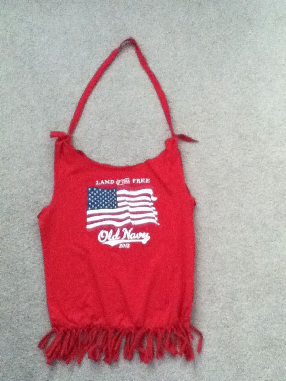 No sew beach bag: Have a cute t shirt that doesn't fit you anymore and you still want to show it off? Well turn it into a no sew beach bag! I made this one out of an old t shirt from Old Navy