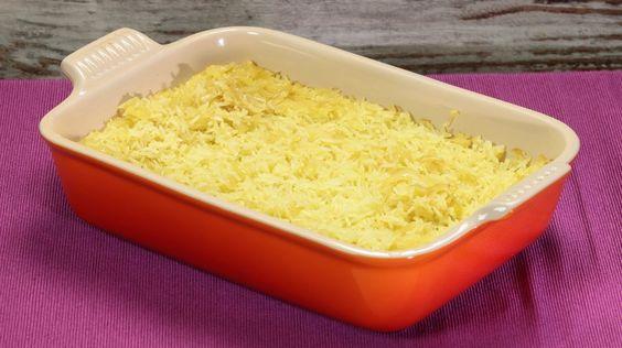 Ricetta Riso pilaf: Il riso pilaf è sicuramente il modo più diffuso di cuocere il riso nel mondo. Si tratta di una cottura per assorbimento, solo che, a differenza del metodo cinese e giapponese, questo, di stampo più indiano, prevede la cottura del riso in forno e l'aggiunta di ingredienti quali spezie e insaporitori.   I due ingredienti base che non devono mai mancare sono la cipolla e lo zafferano.  Questo tipo di cottura consente di ottenere un riso dai chicchi ben separati e dal sapore…