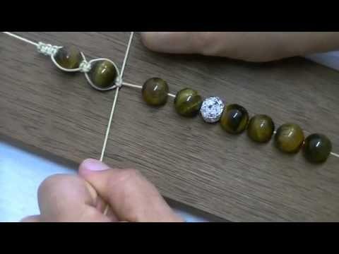A pulseira artesanal SHAMBALA, é feita com a técnica do artesanato em macramê.  Esta é uma pulseira artesanal bem simples de fazer e é unissex, então, homens também pode usar.