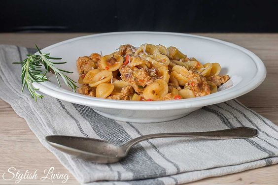 Orecchiette mit Salsiccia und Tomaten-Sellerie-Sauce
