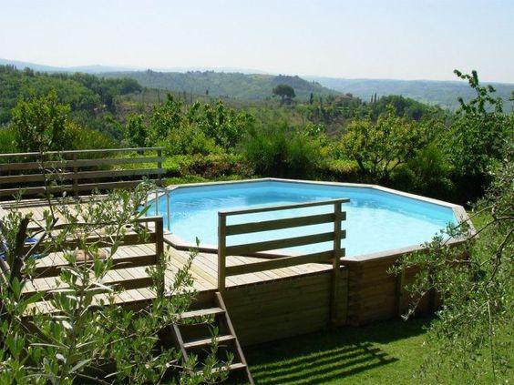 une piscine hors sol ronde en bois et une clôture en bois décorative