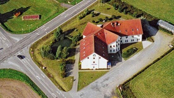 Die Asylbewerberunterkunft in Lohmen befindet sich im ehemaligen Mecklenburg-Hotel. Hier sind zurzeit 90 Asylbewerber untergebracht, vor allem Familien mit Kindern.