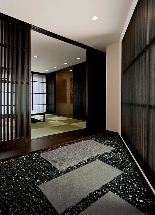 職人の手で一つ一つオイルコーティングを施した 丹波の黒石が光る和室