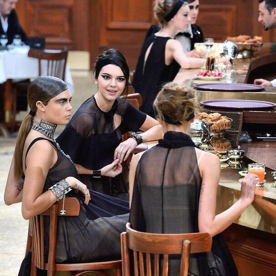 Kendall and Cara at brasserie Gabrielle #chanel #pfw www.parisianstyle.nl