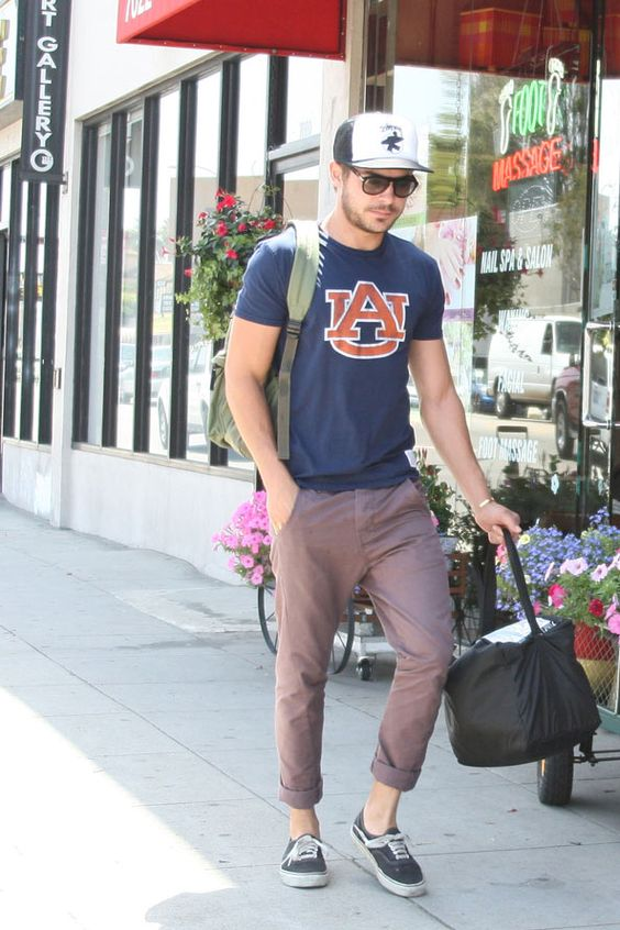 Zac Efron wearing an Auburn shirt. This just made my entire life.: