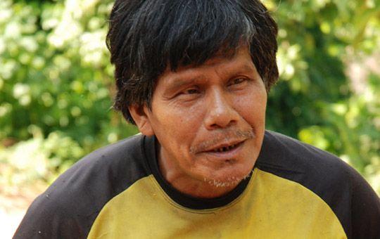 Homens e mulheres Panará narram a trajetória de desterro e reencontro de seu povo com seu território original, desde o primeiro contato com o homem branco, em 1973, passando pelo exílio no Parque do Xingu, até a luta e reconquista da posse de suas terras. http://www.pedromartinelli.com.br/blog/sokrit-o-indio-gigante-no-lugar-do-1o-contato-40-anos-depois/