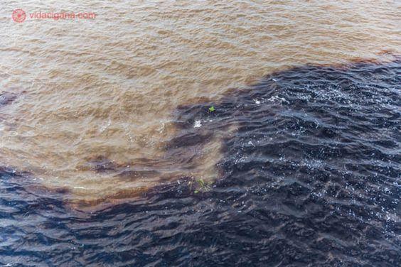 encontro das águas encontro do rio negro com o rio solimões perto de manaus na floresta amazônica. o rio negro possui coloração escura e o rio solimões possui coloração marrom