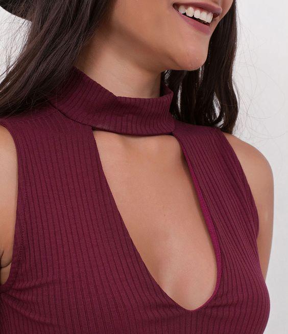 Blusa feminina sem mangas cropped gola alta