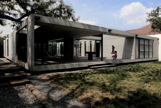 Construido por S-AR stación-ARquitectura  en San Pedro, Mexico con fecha 2011. Imagenes por Ana Cecilia Garza Villarreal . Propuesta como una casa básica, la casa es un volumen rectangular simple con un patio interior que divide la parte so...