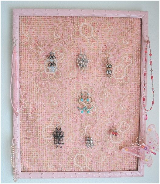 Diy recycled frame jewelry holder chicken wire home for Diy fabric picture frame