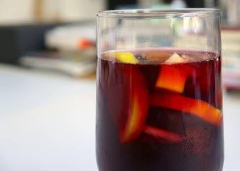Relegada a bebercio para guiris, la sangría no tiene la mejor reputación. El coctelero Marc Álvarez nos enseña a convertirla en un líquido fresco y delicioso.