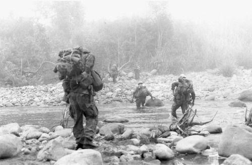 Los hombres del 9º Regimiento de Marina cruzan un arroyo durante la Operación Cañón Dewey, 1969.