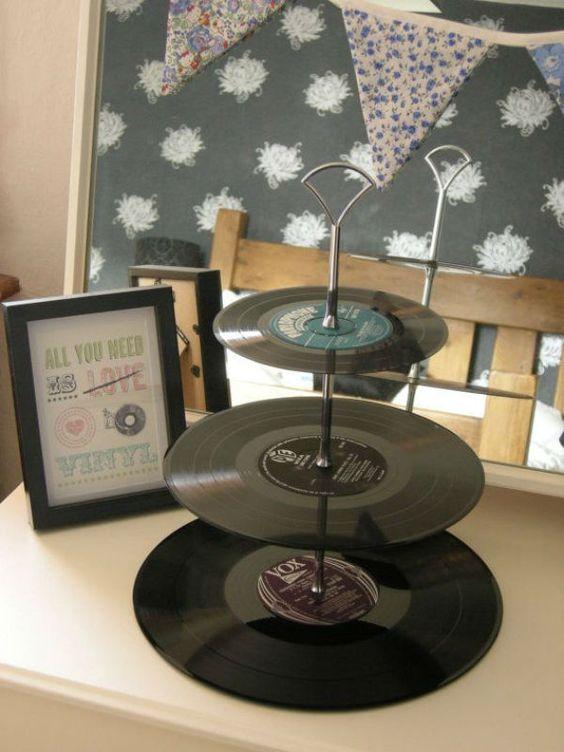 Des vinyls comme supports de petits fours et gâteaux ! Ca c'est pour un mariage original, à coup sûr les musiciens seront séduits #Wedding #Vinyl #DecorationMariage