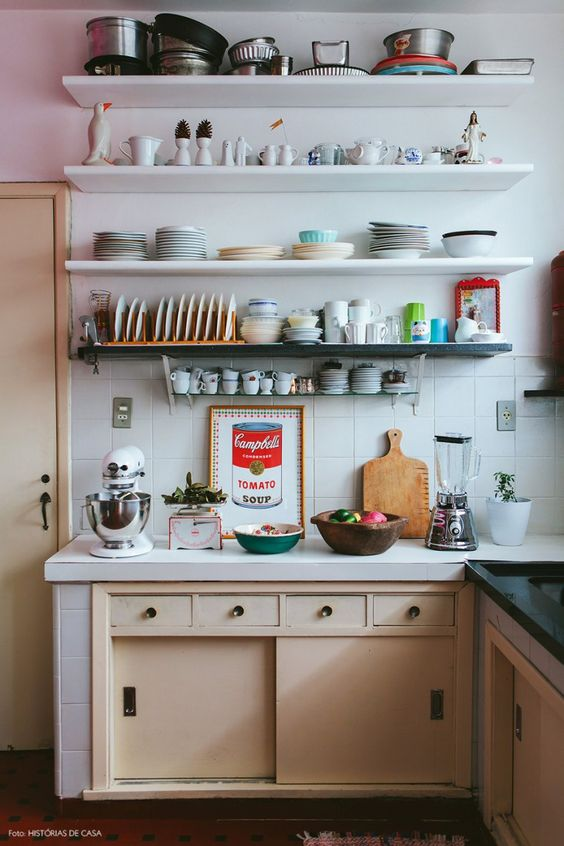 Cozinha de casa alugada com marcenaria antiga e prateleiras abertas para mostrar as louças.: