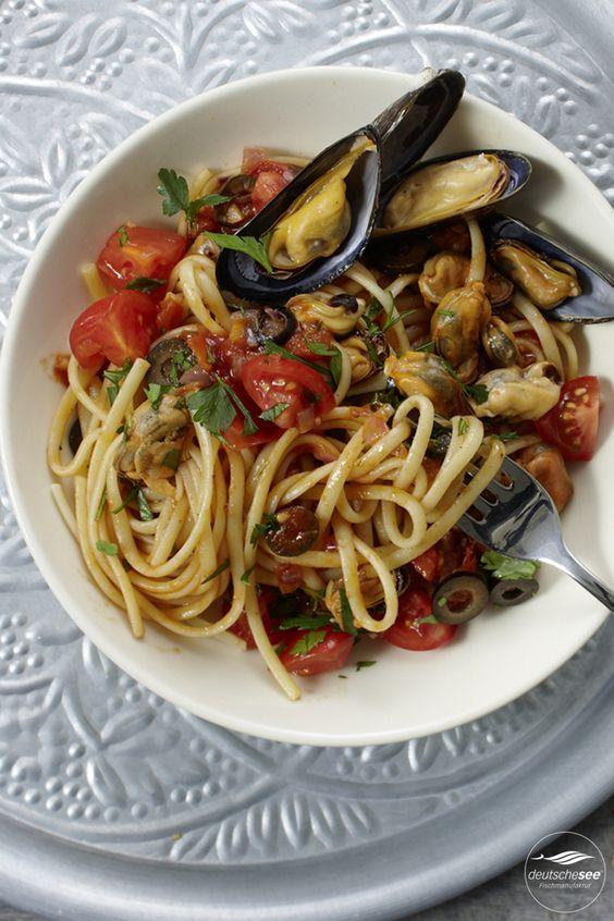 Miesmuscheln italienische Art: Mit Linguine, Tomaten, schwarzen Oliven und Kräutern