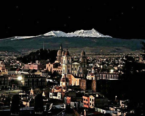 Vista del volcán Popocatepetl, desde la ciudad de Puebla