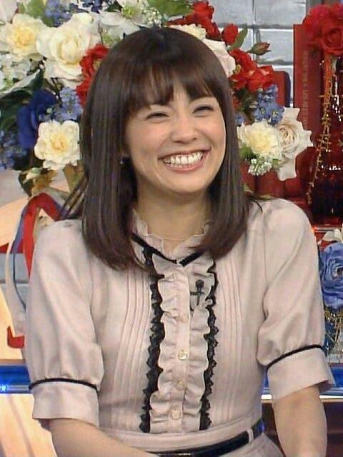 とても楽しそうに笑っている小林麻耶