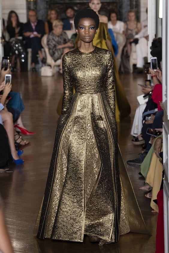 Oro Addiction - Modella in passerella in abito lungo da sera oro