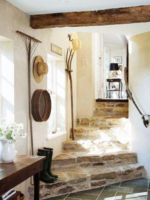 Preciosa escalera rústica con objetos rústicos de trabajo de labranza.#pasillos #rusticos