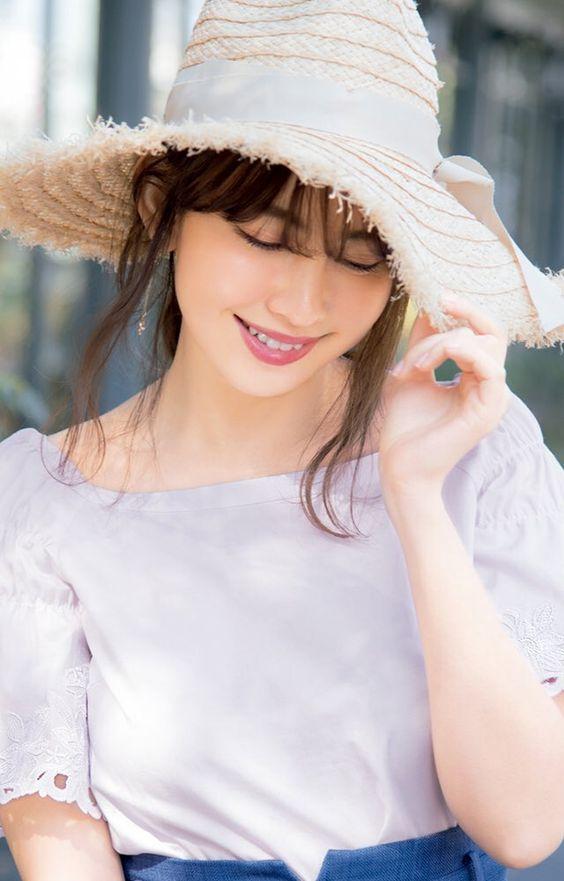 麦わら帽子のつばを引くかわいい小嶋陽菜