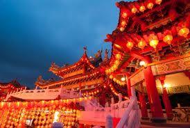 Respect, welvaart, opvoeding, geschiedenis, overlijden, huwelijk, geboorte, verjaardag en religie vormen samen de cultuur van China. Zo zijn er voor deze ''thema's '' veel tradities. Zo worden de kinderen op een strenge manier opgevoed, heb je een hoge status als je rijk bent en kent elke streek in China zijn eigen huwelijkstradities.