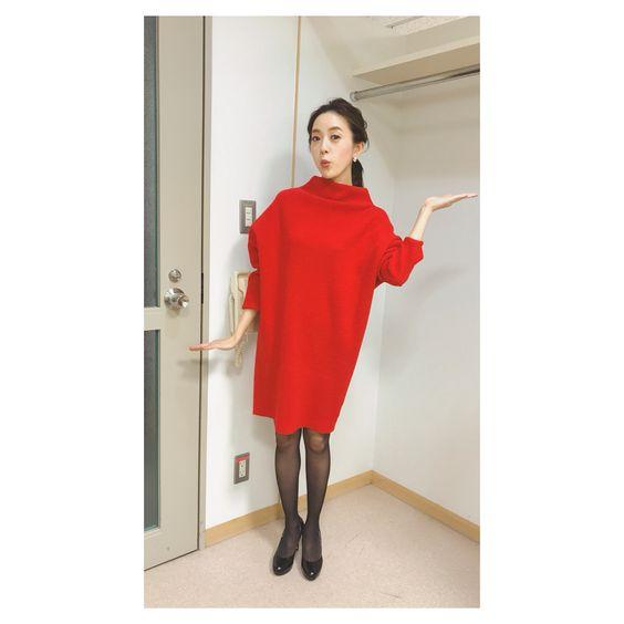 真っ赤なニットのワンピースを着用する古谷有美