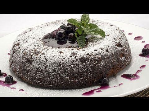 Eva Arguiñano Prepara Una Tarta O Bizcocho De Almendras Y Arándanos Elaborada En El Horno Y Decorada Con Salsa De Arándanos Un Postre Fácil Desserts Food Cake