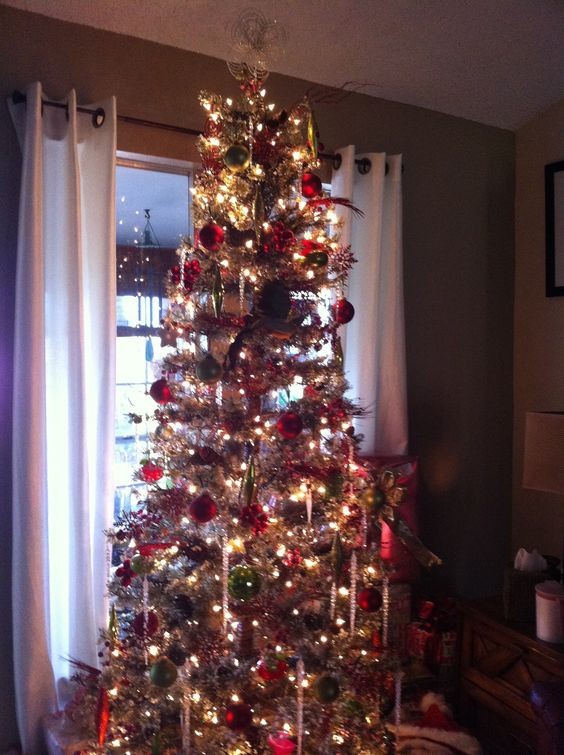 My aunts beautiful Christmas tree!! I love how simple and beautiful it is.