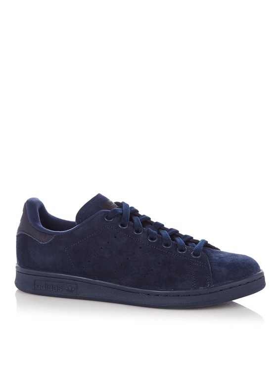 <p>Sneaker Stan Smith van adidas vervaardigd uit suède. Dit eigentijdse monocolor model is aan weerszijden voorzien van decoratieve perforaties. De buitenzool is afgewerkt met het Ortholite systeem voor een ademend effect.</p><p>Gebruik een onderhoudsmiddel van Jason Markk om dit paar schoenen langer mooi te houden.</p>
