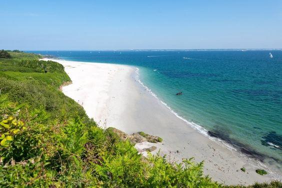 Face à Lorient, une escale sur l'Île de Groix s'impose. Paradis des randonneurs et des amateurs de nature sauvage, on y trouve également de sublimes plages et criques aux eaux cristallines. Particularité de l'île, la plage des Grands-Sables, longue étendue de sable blanc, est la seule plage convexe d'Europe.