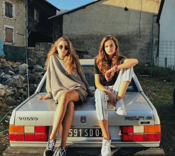 Bayan sonbahar modası - sonbahar modası - volvo - klasik otomobil - yuvarlak güneş gözlüğü - gözlük
