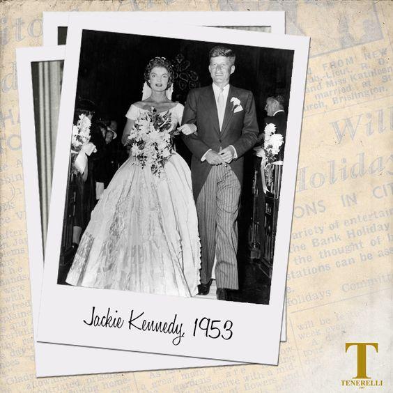 #WeddingDress #Inspiration #JackieKennedy Un abito sfarzoso quello scelto dall'aristocratica Jacqueline Kennedy Onassis nel 1953 per il matrimonio con il futuro Presidente degli Stati Uniti John Fitzgerald Kennedy.  L'#AbitodaSposa, realizzato da Ann Lowe, è in taffetà di seta color avorio, con un'ampia gonna balloon e il corpetto drappeggiato con scollo a cuore. Sulla gonna sono presenti applicazioni di stoffa a formare ampi fiori concentrici e piccoli fiori in cera. A…