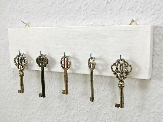 Edles Schlüsselbrett, Hakenleiste  weiß gekalkt von Schlueter-Home-Design auf DaWanda.com