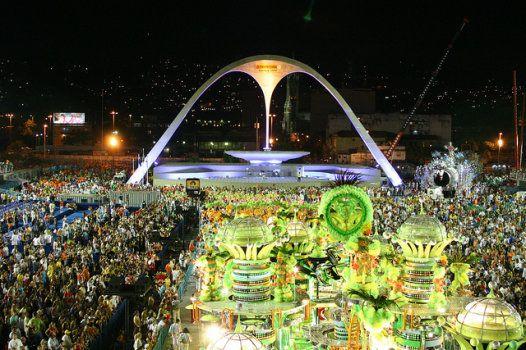 O Sambódromo da Marquês de Sapucaí é uma comprida passarela construída para os desfiles das escolas de samba do Rio de Janeiro.: