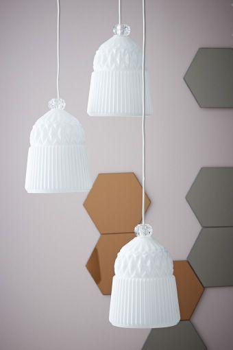 Tres lámparas de techo vanadin blancas con un diseño de espejos en ...