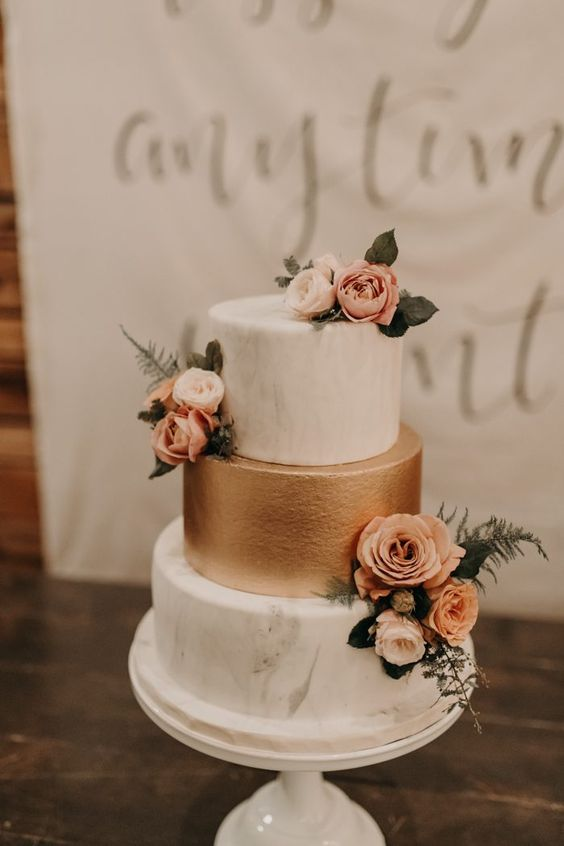 Sweet wedding cake with solid gold and white marbled layers + small clusters of peachy-pink roses | Image by Peyton Rainey Photography