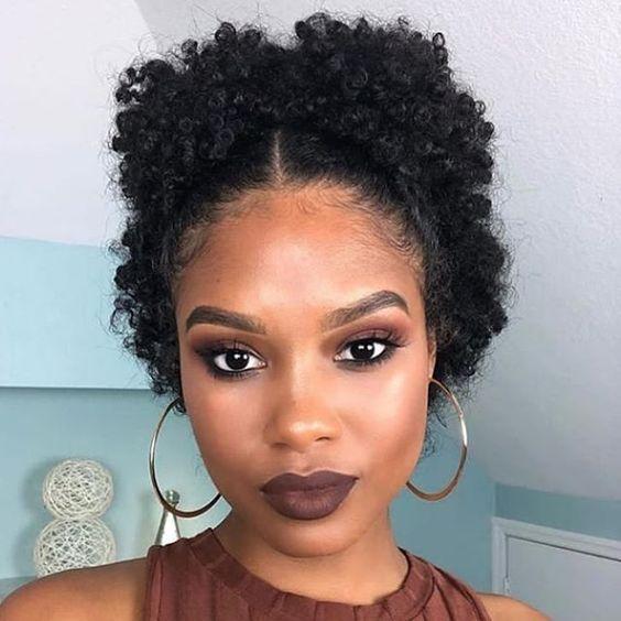 Inspiração de maquiagem para pele negra, e penteado pra cabelos cacheados! ✨ #cacheadas #cacheadasemtransição #cabelocacheado #cabelocacheadocurto #cachos #cachoscurtos #maquiagempelenegra #makeup #maquiagem
