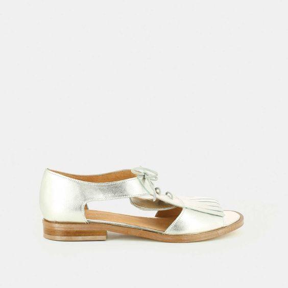 Sandales plates ajourées à patte frangée en cuir métallisé argent
